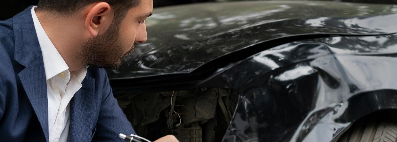 Man neemt schade auto op