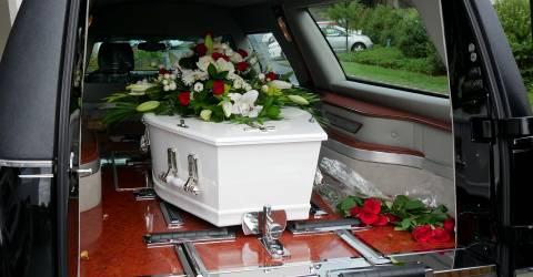 Een kleurrijke kist in een lijkwagen voor begrafenis of begraving op de begraafplaats