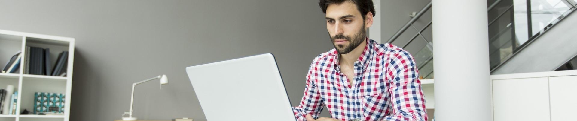 Man met laptop